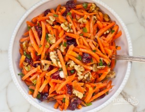 Салат с морковью и орехами - фото шаг 4