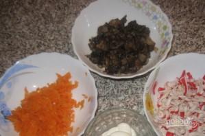 Салат с жареными крабовыми палочками и грибами - фото шаг 3