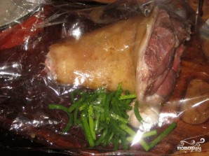 Запеченная в рукаве свиная рулька с чесноком и чесночными стеблями - фото шаг 1