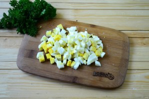 Салат из крапивы с яйцом и огурцом - фото шаг 3