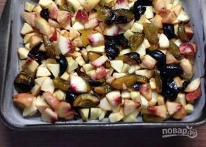 Шарлотка с яблоками и сливами - фото шаг 11