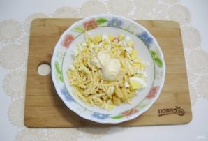 Салат с крабовыми палочками и кириешками - фото шаг 8