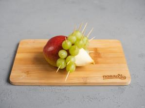 Ежик из винограда и груши - фото шаг 5