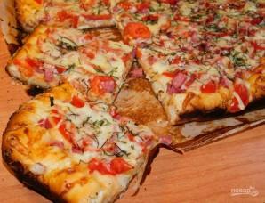 Домашняя пицца с колбасой и помидорами - фото шаг 6