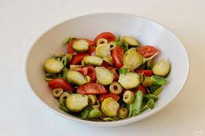 Салат с брюссельской капустой и помидорами - фото шаг 4