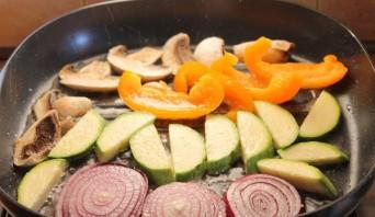 Овощи на сковороде - фото шаг 2