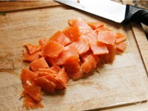 Салат со слабосоленой семгой - фото шаг 3