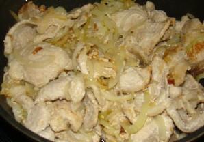 Свинина в сметанном соусе - фото шаг 6