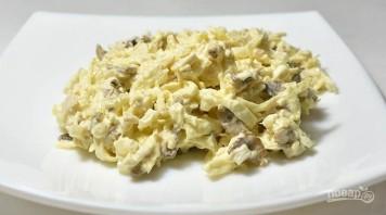 Салат с жареными шампиньонами и курицей - фото шаг 8