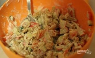 Салат с сухариками и крабовыми палочками - фото шаг 5