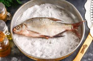 Лещ в соли в духовке
