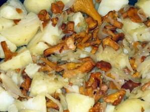 Лисички с картошкой жареные - фото шаг 2