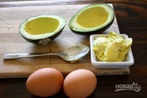 Яичница в авокадо (в духовке) - фото шаг 1