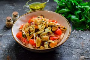 Салат с мидиями и фасолью - фото шаг 6
