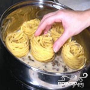Макароны-гнезда с грибным соусом - фото шаг 4