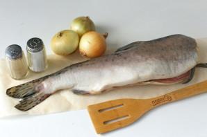 Горбуша с луком в духовке - фото шаг 1