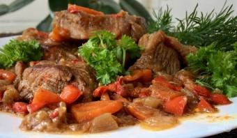 Нежное мясо с овощами, тушенное в пиве - фото шаг 7