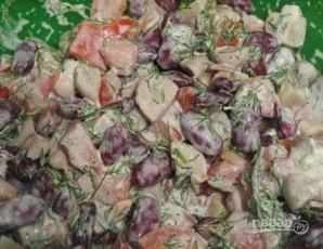 Салат с красной фасолью и сухариками - фото шаг 6