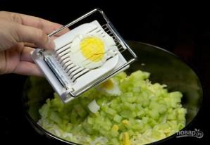Салат с кукурузой и крабовыми палочками - фото шаг 3