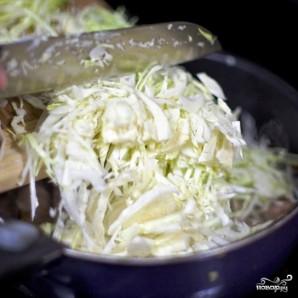 Тушеная капуста с сосисками - фото шаг 4