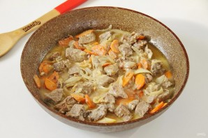 Говядина на сковороде с морковью и луком - фото шаг 6