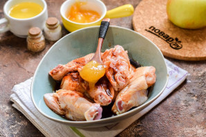 Курица с яблоками и медом в духовке - фото шаг 3