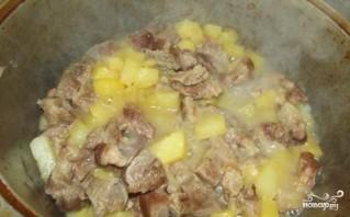 Тушеная картошка с мясом в казане - фото шаг 4
