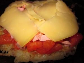 Картофельная пицца с колбасой на сковороде - фото шаг 6
