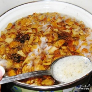 Летний суп из лисичек с плавленым сыром - фото шаг 2