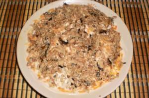 Слоеный салат со шпротами и сыром - фото шаг 6