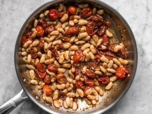 Гренки с томатами и белой фасолью - фото шаг 5