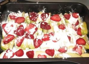 Шарлотка с клубникой и яблоками - фото шаг 2