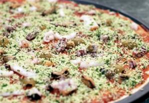 Пицца из морского коктейля - фото шаг 4