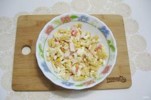 Салат с крабовыми палочками и кириешками - фото шаг 9