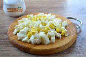 Салат с яйцом, тунцом и огурцом - фото шаг 3