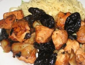 Жареная курица с черносливом - фото шаг 4