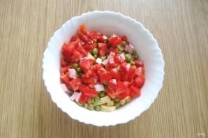 Салат с помидорами, сыром и зеленым горошком - фото шаг 5