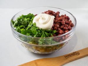 Салат с фасолью, сухариками и колбасой - фото шаг 4