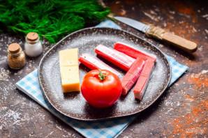 Салат из сыра, помидоров и крабовых палочек - фото шаг 1