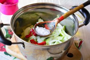 Салат из огурцов с перцем и луком на зиму - фото шаг 5