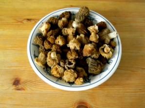 Сморчки, жареные с картошкой - фото шаг 1