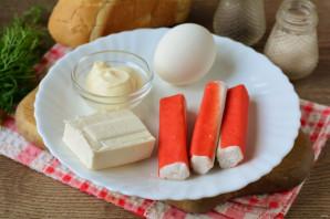 Бутерброды с крабовыми палочками и плавленым сыром - фото шаг 1
