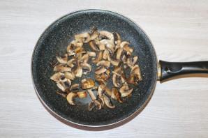 Слоёный салат с жаренными шампиньонами - фото шаг 4