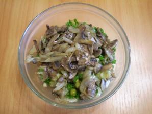 Салат с горошком и грибами - фото шаг 7