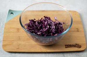 Салат из красной капусты с яблоком - фото шаг 2