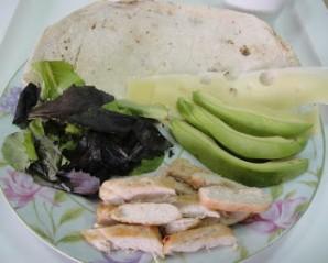 Рулет из тортильи с курицей и авокадо - фото шаг 2