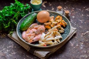 Салат с креветками, мидиями и кальмарами - фото шаг 1
