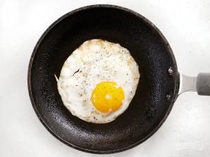 Бургер с овощами, беконом и яйцом - фото шаг 5