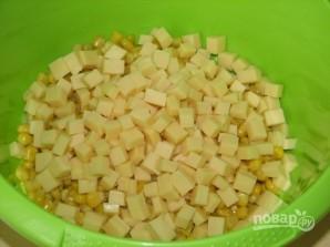 Салат из консервированной кукурузы - фото шаг 2