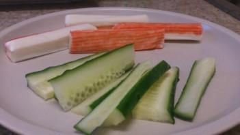 Суши с огурцом и крабовыми палочками - фото шаг 2